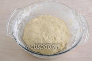 Должно получиться нежное и эластичное тесто, на ощупь оно мягче и податливее, чем обычное песочное. Скатайте его в шар и уберите на 30 минут в холодильник.