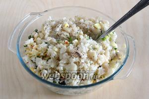 Полностью остывшую треску разомните вилкой, добавьте к остальным продуктам. Посолите и поперчите салат по вкусу.