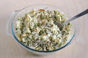 Добавьте майонез и перемешайте. При подаче, рыбный салат в традициях русской кухни можно украсить ягодами свежей или мочёной брусники, клюквы или красной смородины.