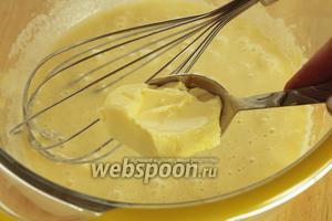 Добавить размягчённое сливочное масло и ванилин.