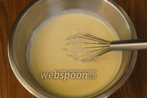 Затем постепенно ввести молоко и энергично перемешать до получения однородного теста. Оставить на 30 минут.