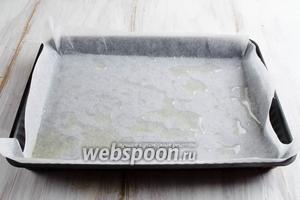 Включить духовку на разогрев до 200°С. Подготовить форму для выпечки, с невысокими бортами, размер 19х26 см. Форму застелить пергаментом. Обильно смазать растительным маслом.