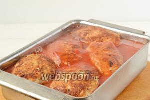 Залить голубцы разбавленной томатной пастой.
