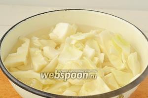 Капусту нарезать на небольшие произвольные куски, залить горячей водой на 5 минут. После капусту, как и мясо, пропустим через мясорубку.