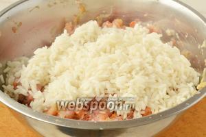 Отварить рис в солёной воде до полуготовности, остудить и добавить к фаршу.