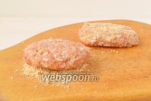 На ровную поверхность или тарелку высыпать сухари для панировки. Лепить голубцы в форме котлет и обваливать в сухарях.