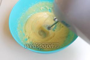 Масло взбить с сахаром. Добавить по 1 яйца.