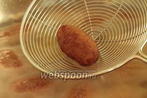 После того, как приготовилась картошка, кладём в тоже масло котлетки, огонь средний. Когда опускаем котлеты в масло, чуть осторожно потряхиваем сковороду, чтобы котлеты не прилипли ко дну посуды, и равномерно прожарились сверху тоже. Масло должно полностью покрывать котлеты, чтобы не приходилось их переворачивать.