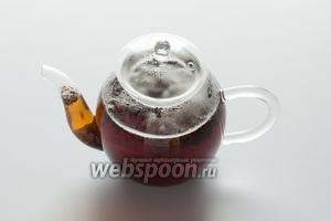 Кипятим воду и 3 минуты завариваем чай из заварки и корицы.