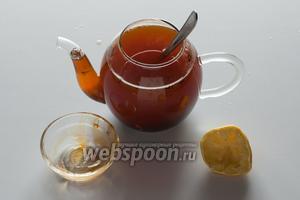 Когда чай готов, вмешиваем мёд и выжимаем лимонный сок. Если не собираетесь пить чайный грог сразу, а хотите подержать его на столе в горячем чайнике и разливать по ходу дела — конечно, перед этим шагом нужно отцедить чаинки.