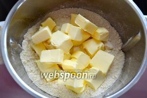 Положить кусочки сливочного масла. При очередном перемешивании ингредиентов получим крошку, напоминающую «мокрый песок» (можно просто перетереть руками кусочки масла с сухой мучной смесью).