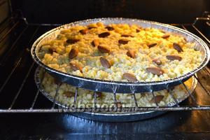 Поставить выпекаться в предварительно разогретую до 180°C духовку на 25-30 минут. Готовность можно определить по распространяющимся по кухне ароматам, а сам пирог приобретёт золотистый оттенок.