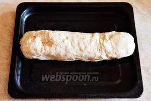 Заворачиваем рулет и укладываем на смазыванный подсолнечным маслом противень. Готовим при 200 градусах в течение 25-35 минут в среднем. За 7 минут до готовности рулет можно смазать разведенной томатной пастой.