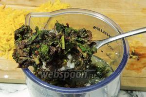 Заливаем мяту, крупно нарезанную, лаймовым соком и добавим сахарную пудру.
