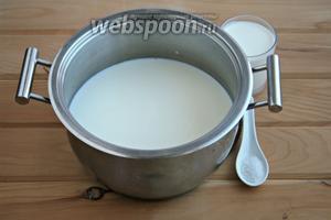 В толстостенную кастрюлю вылить молоко, сливки, положить соль.