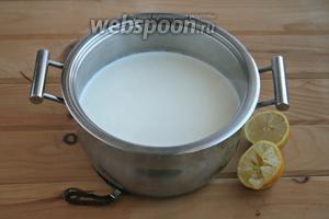 В закипевшее молоко со сливками и солью добавить сок лимона, варить 2 минуты.