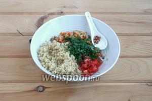 В глубокой посуде соединить все ингредиенты для начинки: киноа, бекон с луком-морковью, помидоры и зелень. Не забыть соль-перец.
