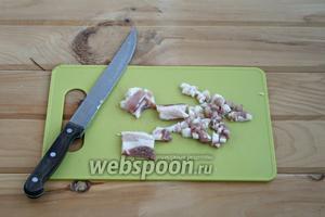 Также кубиками нарезать бекон.