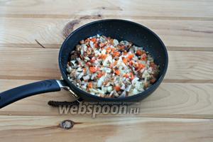 Добавить лук, морковь, чеснок и на сильном огне обжарить ещё 3 минуты.