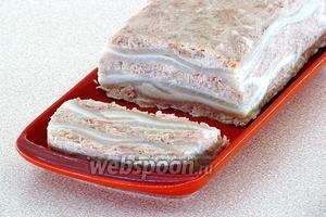 Форму прикрыть плёнкой и поставить для застывания в холодильник, после чего плёнку снять, а батон выложить на блюдо. При подаче нарезать батон ломтиками.