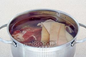 Мясо нарезать кусочками. Шкурки тщательно обработать и вымыть. Залить мясо и шкурки водой и варить до такой степени, пока мясо не будет свободно разделяться на волокна, т. е., как на холодец.