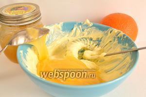 Далее в масло положить мёд и опять всё взбить в течении 30 минут. Масса должна стать однородной.