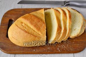 Берём батон и нарезаем его ломтиками. Толщина кусочков должна быть не слишком толстой, иначе батон будет перебивать вкус сыра, но и не слишком тонкой, чтобы гренка не поломалась. Оптимальным вариантом будет ширина примерно 1 см.