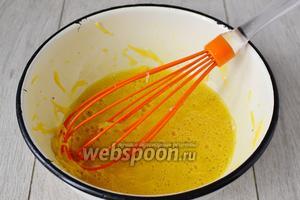 Мелко натёртый сыр всыпаем в яичную смесь и тщательно перемешиваем.