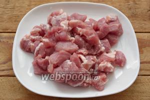Мясо вымыть и обсушить бумажным полотенцем. Срезать жёсткие жилки. Нарезать мякоть кусочками. Среднего размера кусочки быстрее обжарятся и приготовятся.