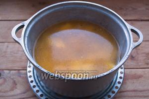 Уровень воды должен полностью покрыть картофель и даже на 2 пальца быть выше него. В этом бульоне мы будем варить галушки. Пока картофель варится, приготовьте галушки.