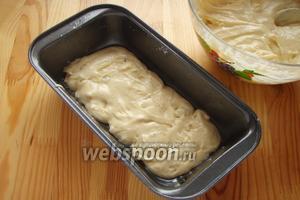 Берём форму и смазываем её растительным маслом. Выкладываем на дно немного теста.