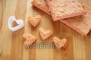 Берём наш розовый бисквит и при помощи формочки сердца выдавливаем сердца.