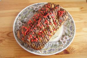 А дальше наш кекс украшаем нитями шоколадной глазури и присыпками в виде сердец. Вот всё и готово! Приятного аппетита. И романтического праздника!
