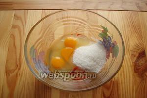 Для начала нужно яйца взбить вместе с сахаром и красителем в пышную массу, взбиваем минут 5 миксером.