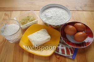 Теперь делаем тесто на кекс. Для него нам понадобится мука, сахар, соль, разрыхлитель, яйца, сливочное масло, сметана, цукаты.