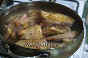 В большой сотейник укладываем основную часть курицы и заливаем водой.