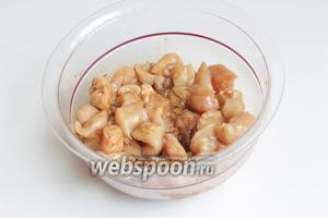 Курицу порежем мелко и зальем соевым соусом на 30 минут.