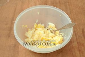 Лимон хорошо вымыть, залить кипятком на 3-5 минут, чтоб ушла горечь. Разрезать на 4 части и вынуть косточки. Рекомендуется пропустить лимон через мясорубку, но у меня её нет, поэтому я прокрутила в комбайне. Добавить к лимону сахар, перемешать.