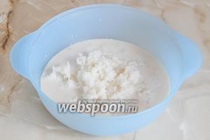 В подходящую миску наливаем остальное теплое молоко, дрожжи. Также добавляем разваренный рис.