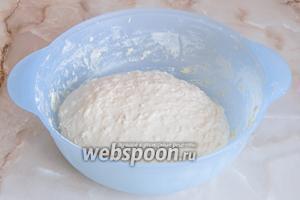 Замес длится не менее 10 минут - можете воспользоваться хлебопечкой. В результате  тесто получается очень мягкое, чуть липкое, но муки не добавляйте - не забивайте хлебушек. Прикрываем миску полотенцем и даем тесту постоять в тепле 1 час.