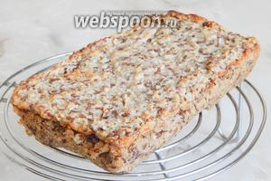 Готовый хлеб остужаем сначала в форме минут 15, затем на решётке. Угощайтесь, друзья! И старайтесь готовить не только вкусную, но и полезную пищу как можно чаще.