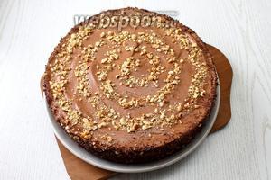 Верх торта посыпьте обжаренным и измельчённым фундуком, часть орехов соедините с шоколадом, натёртым на шоколаде и обсыпьте им бока. Наш торт «Шоколадно-трюфельный» готов. Приятного чаепития!