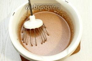 Добавьте молоко, масло растительное, какао и перемешайте.