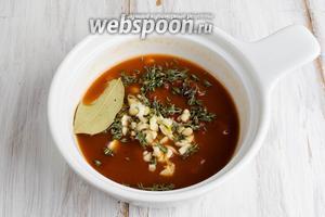 Оставшийся бульон 1/3 часть смешать с томатной пастой. Добавить к нему рубленый чеснок, тимьян, лавровый лист.
