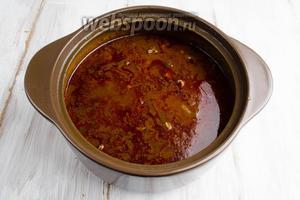 Из духовки достать готовое мясо. Слить из кастрюли мясной бульон 500 мл для подготовки соуса. Если бульон выкипел, добавить ещё говяжьего бульона, который мы готовили специально к этому блюду (шаг № 1).