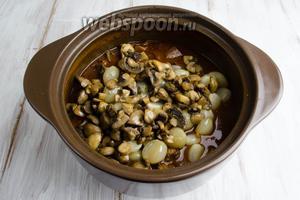 В кастрюлю к мясу выложить гарнир — лук с грибами.