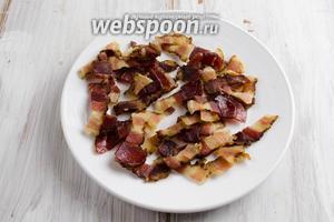 Готовые лардоны, так называются кусочки обжаренного бекона, выложить отдельно на тарелку.