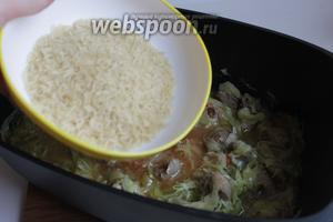 Всыпаем рис. Если надо, добавим ещё воды. И тушим до готовности риса.