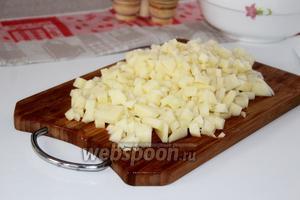 Также нарезать очищенный картофель.