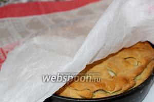 Вынимаем из духовки уже подрумянившийся пирог. Кусок пергамента смачиваем хорошо водой и отжимаем. Накрываем мокрым пергаментом поверх пирога во избежании пригорания. И ставим выпекаться ещё на 30 мин.